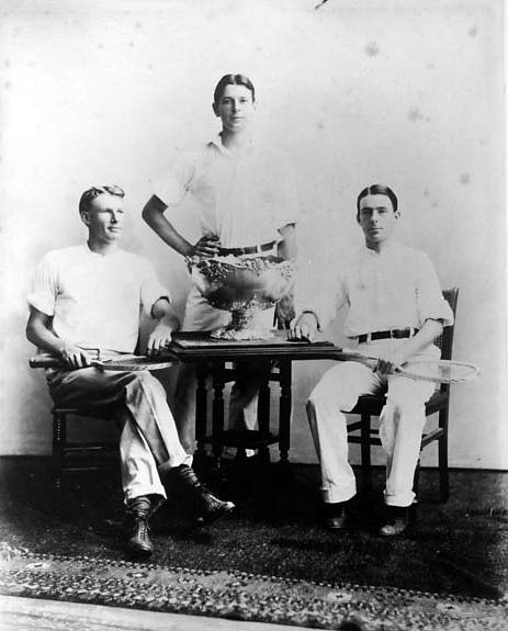 American player Dwight Davis (center) in 1900 with the trophy he committed to build - foto preluat de pe en.wikipedia.org