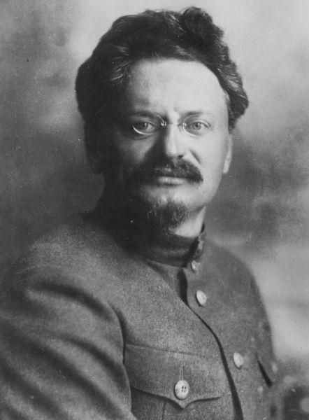Lev Davidovici Troţki (n. 26 octombrie/8 noiembrie 1879, Bereslavka, Raionul Bobrîneţ, Imperiul Rus – d. 21 august 1940, Coyoacán, Mexic), născut Léiba sau Leib Bronştéin), a fost un revoluţionar bolşevic şi intelectual marxist rus născut într-o familie de evrei aşkenazi din Ucraina (Photograph of Trotsky that appeared on the cover of the magazine Prozhektor in January 1924) - foto preluat de pe ro.wikipedia.org