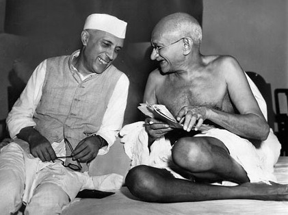 Jawaharlal Nehru sharing a light moment with Mohandas Karamchand Gandhi, Mumbai, 6 July 1946 - foto preluat de pe en.wikipedia.org