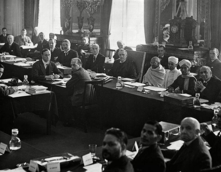 Mahatma Gandhi şi premierul britanic Ramsay MacDonald (în stânga lui) la Conferinţa celei de-a doua mese rotunde de la Londra, octombrie 1931 - foto preluat de pe ro.wikipedia.org
