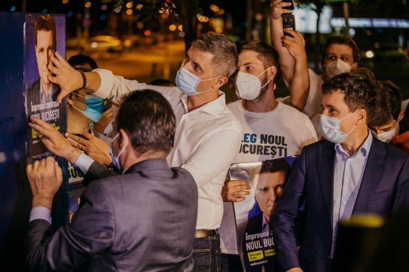28 august 2020 - Nicușor Dan: Primele minute ale campaniei electorale, primele afișe lipite împreună cu Ludovic Orban și Dan Barna, care au dat chiar și o mână de ajutor. La propriu :) - foto preluat de pe https://www.facebook.com/NicusorDan.ro/