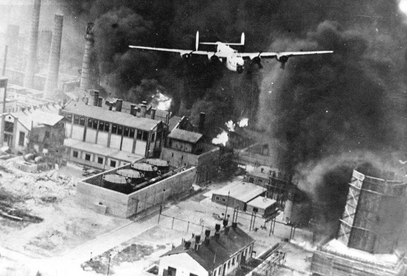 """Un B-24 Liberator numit """"Sandman"""" în timpul bombardamentului asupra Rafinăriei Astra Ploieşti în cadrul operaţiunii Tidal Wave (1 august 1943) - foto preluat de pe ro.wikipedia.org"""