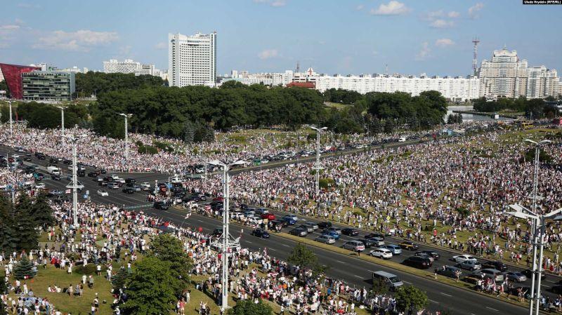 Sute de mii de oameni au ieșit în stradă în Belarus. Lukașenka bagă în față NATO și pe Putin (16 august 2020) - foto preluat de pe romania.europalibera.org