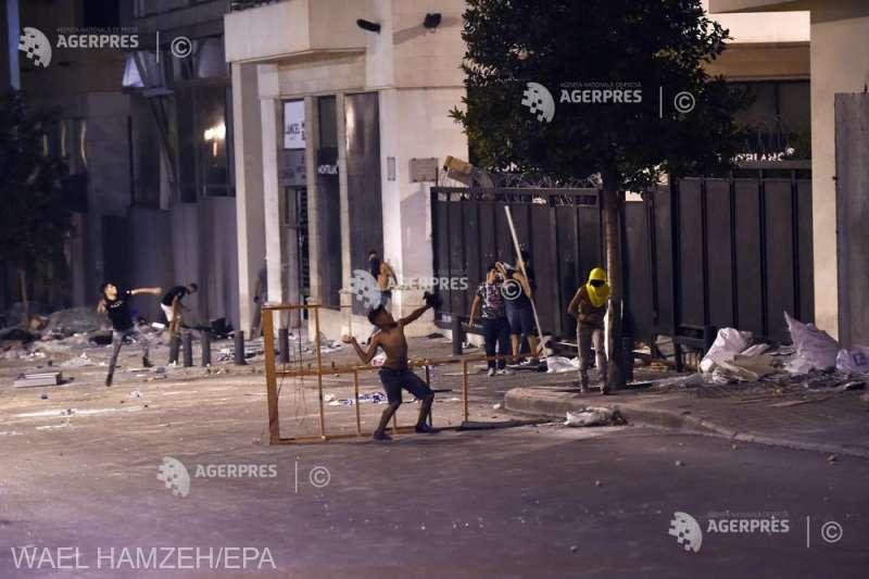 Liban: Forţele de ordine au lansat gaze lacrimogene asupra manifestanţilor care încercau să intre în parlament (8 august 2020) - foto preluat de pe www.agerpres.ro