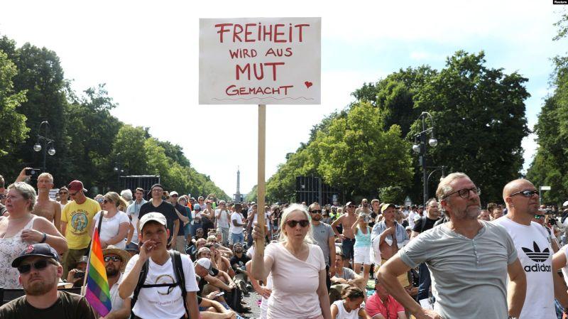 Aproximativ 20.000 de oameni au protestat la Berlin față de restricțiile impuse de autorități pentru a împiedica răspândirea pandemiei de coronavirus. Protestele au avut loc în ziua în care Germania a înregistrat 955 de noi cazuri de Covid 19 - foto preluat de pe romania.europalibera.org