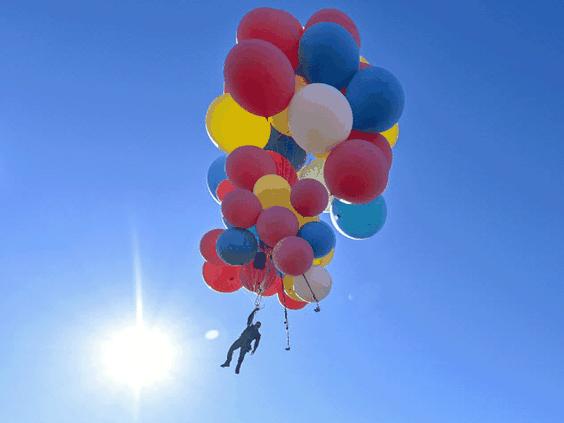 Iluzionistul David Blaine a zburat la altitudinea de peste 7.500 de metri suspendat de un mănunchi de baloane colorate (2 septembrie 2020) - PHOTO BY DAVID BECKER/GETTY IMAGES FOR YOUTUBE ORIGINALS, preluat de pe nationalpost.com