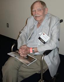 Frederik George Pohl, Jr. (1919 - 2013) a fost un scriitor american de literatură științifico-fantastică, editor și fan, cu o carieră de peste 70 de ani. A câștigat National Book Award în 1980 cu romanul Jem - (Pohl in 2008 at the J. Lloyd Eaton Science Fiction Conference) foto preluat de pe ro.wikipedia.org