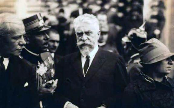 Ion C. Brătianu (n. 2 iunie 1821, Pitești – d. 16 mai 1891, satul Florica, județul Argeș) a fost un om politic român, ministru cu diferite portofolii în varii guverne, fratele lui Dumitru C. Brătianu. A fost membru de onoare (din 1888) al Academiei Române - foto preluat de pe www.bunicutavirtuala.com