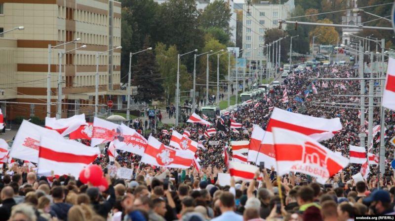 Belarușii au ieșit pentru a opta săptămână în stradă, împotriva lui Alexandr Lukașenko (4 octombrie 2020) - foto preluat de pe romania.europalibera.org