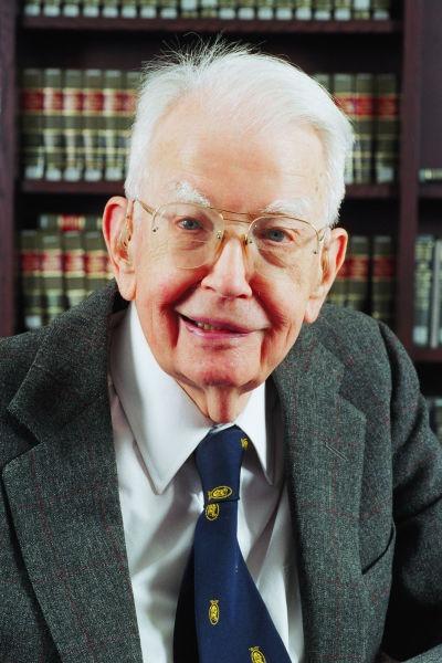 Ronald Coase (1910 - 2013) a fost un economist din Marea Britanie. A primit Premiul Nobel pentru economie în 1991 - foto preluat de pe ro.wikipedia.org