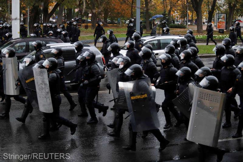 Belarus (11 octombrie 2020) Manifestanţii anti-Lukaşenko, dispersaţi cu grenade asurzitoare şi tunuri cu apă - foto preluat de pe www.agerpres.ro