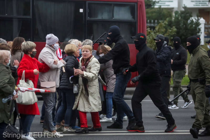 Belarus: Poliţia a arestat, la Minsk, femei şi studenţi care manifestau paşnic împotriva guvernului (17 octombrie 2020) - foto preluat de pe www.agerpres.ro
