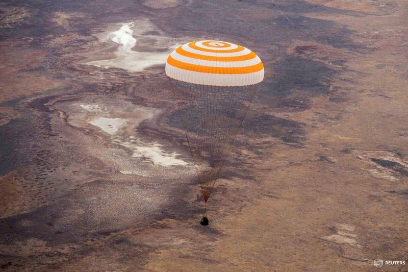 Capsula Soyuz MS-16, avându-i la bord pe astronauţii Christopher Cassidy (NASA), Anatoly Ivanishin şi Ivan Vagner (Rusia-Agenţia Spaţială Roscosmos), în procedură de aterizare în stepa kazahă din regiunea Zhezkazgan, 22 octombrie, 2020 - Foto: (c) Cristian Mallocci/Handout via REUTERS - preluat de pe www.facebook.com/AGERPRES