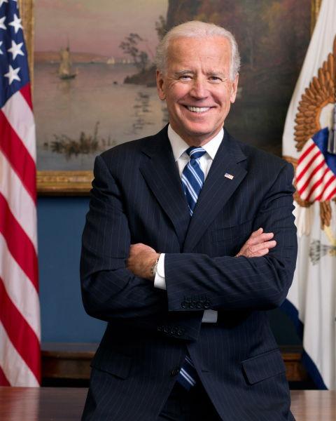 """Joseph Robinette """"Joe"""" Biden, Jr. (n. 20 noiembrie 1942, Scranton, SUA) este un om politic american, ales al 46-lea președinte al Statelor Unite și fost vicepreședinte în timpul mandatelor prezidențiale ale lui Barack Obama, candidat al Partidului Democrat la alegerile prezidențiale din 2020, pe care le-a câștigat - (Official portrait, 2013) foto preluat de pe en.wikipedia.org"""